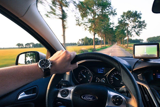 6 Best Apps to Make Driving Easier and Safer